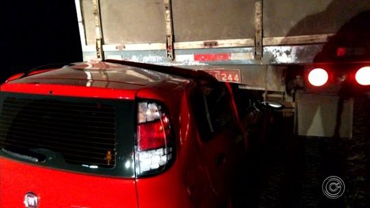 Motorista de carro fica ferido em acidente com caminhão na SP-75 em Itu