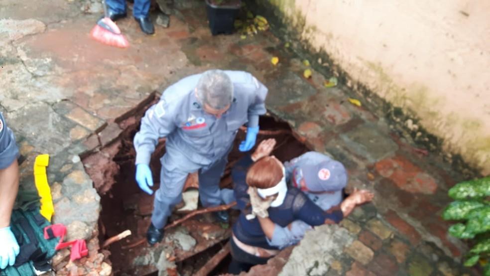 Mulher foi socorrida pelo Corpo de Bobeiros (Foto: Corpo de Bombeiros/Divulgação)