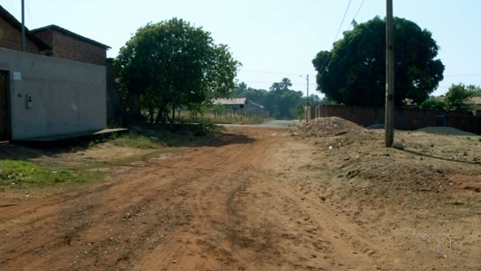 Moradores cobram fim das obras de pavimentação em bairro de Araguaína (Foto: TV Anhanguera/ Reprodução )