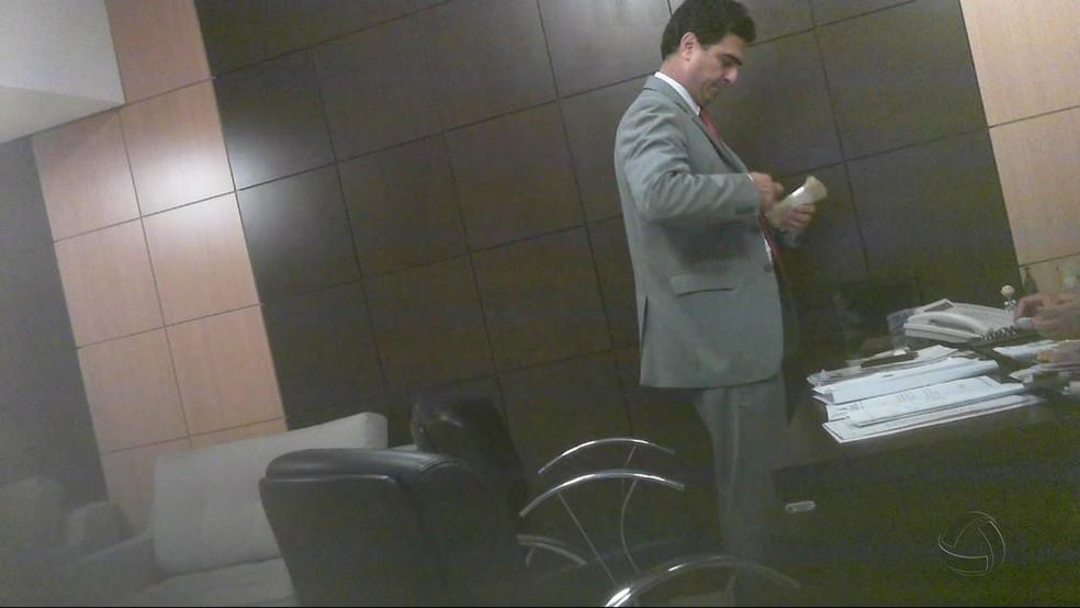 Em vídeo de delação, Emanuel Pinheiro aparece recebendo maços de dinheiro (Foto: TVCA/Reprodução)