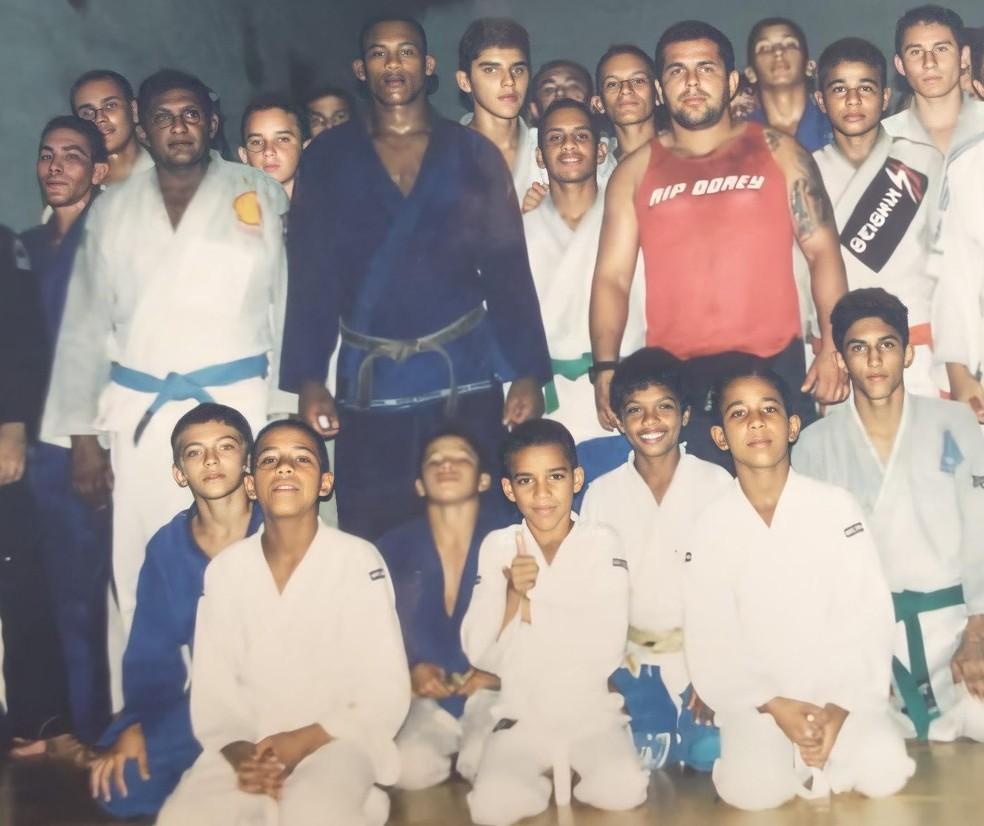 Gregory Robocop (ajoelhado à direita) tinha nove anos, e fazia aula na mesma equipe de Ronaldo Jacaré — Foto: Arquivo Pessoal