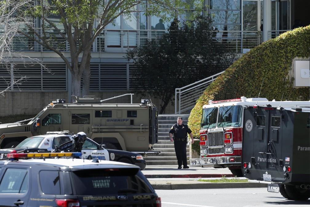 Polícia e serviços de emergência respondem a tiroteio na sede do YouTube na Califórnia (Foto: Elijah Nouvelage/Reuters)