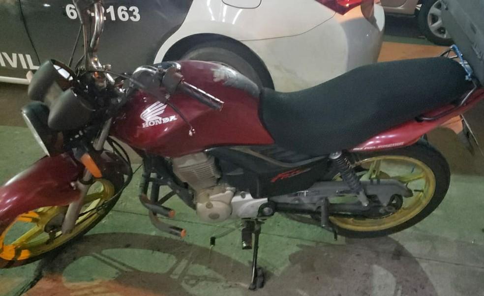 Moto foi encontrada em uma área de mata, diz PM — Foto: Divulgação/Polícia Militar