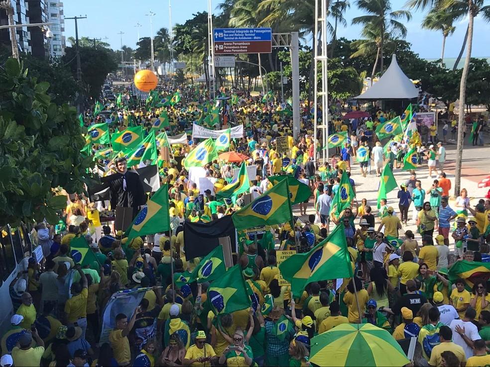 RECIFE, 15h: Manifestantes realizam ato em defesa do ministro Sérgio Moro e da Operação Lava Jato, na orla de Boa Viagem — Foto: Priscilla Aguiar/G1