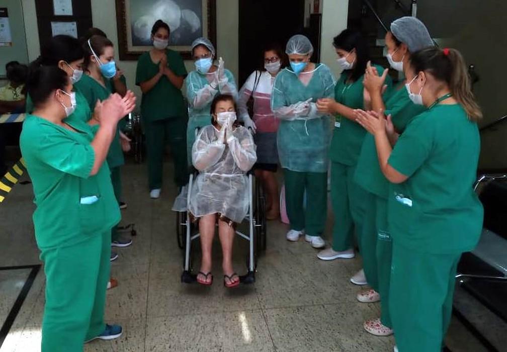 Equipe médica aplaudiu a dona Vitalina quando recebeu alta neste domingo (5), em Cornélio Procópio — Foto: Arquivo pessoal
