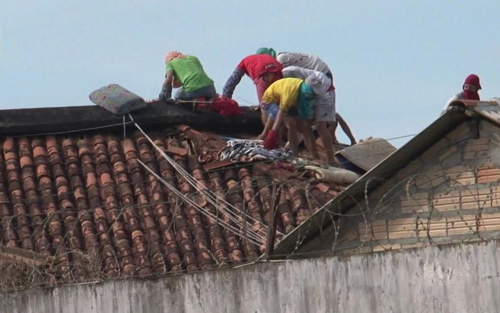 Presos caminham sobre telhado em presídio de Altamira, no Pará, durante massacre que deixou 58 mortos  — Foto: Reprodução/TV Globo