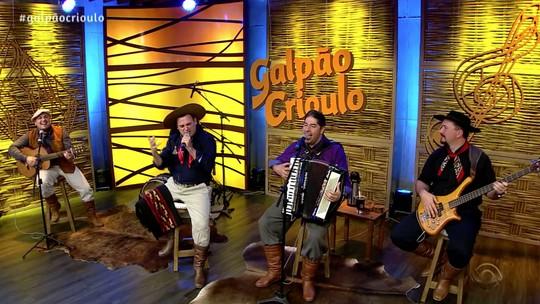 'Galpão Crioulo' recebeu Paullo Costa e o Grupo Tá Agarrado e Trio Rédea Solta; veja os vídeos