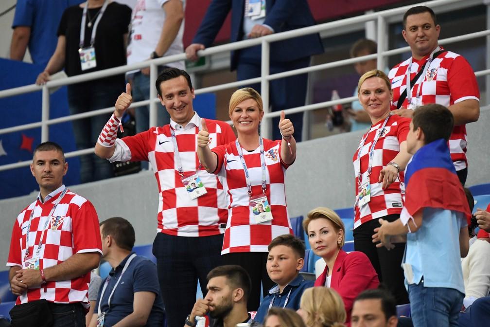 -  A presidente da Croácia, Kolinda Grabar-Kitarovic, no meio da torcida em partida das quartas de final na Copa da Rússia  Foto: Dimitar Dilkoff/AFP