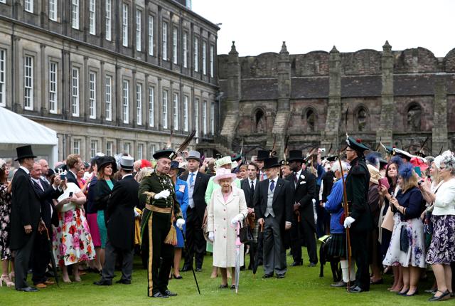 A rainha Elizabeth II e convidados numa festa mos jardins do Palácio de Holyrood  (Foto: Getty Images)