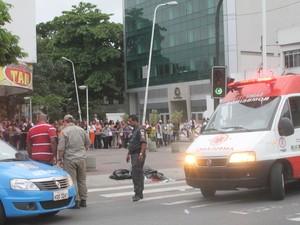 Polícia e Corpo de Bombeiros isolam área em frente ao fórum de Bangu, onde uma tentativa frustrada de resgate de dois traficantes provocou tiroteio e terminou com uma criança morta e 4 feridos (Foto: Jadson Marques/ Parceiro/ Ag. O Globo)