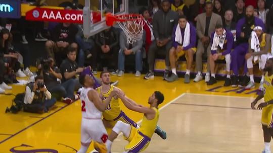 Sem LeBron, Lakers aproveitam má fase dos Bulls e voltam à zona dos playoffs