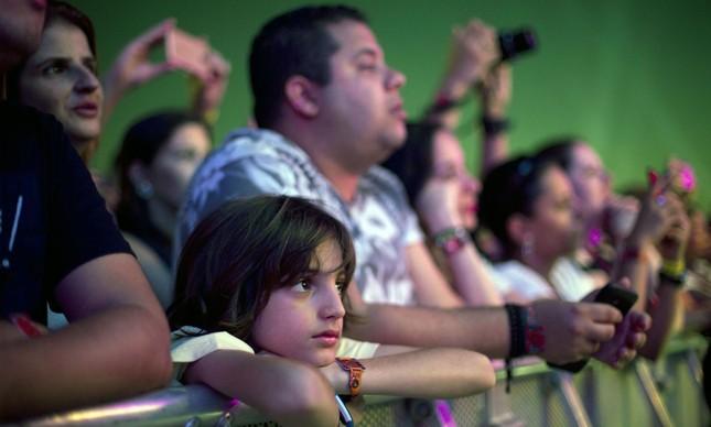 Criança acompanha apresentações em um dos palcos do Rock in Rio