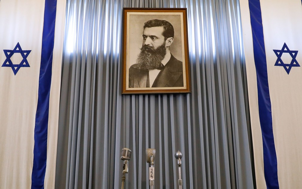 Retrato de Theodor Herzl, fundador do sionismo, �?© visto no pr�?©dio onde David Ben Gurion assinou a independ�?ªncia de Israel, em Tel Aviv, em 14 de maio de 1948, em foto de 3 de maio (Foto: Jack Guez/AFP)