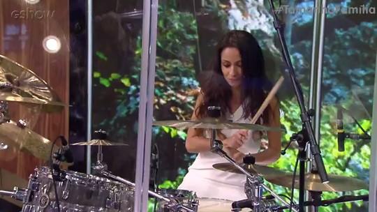 Prima de Vanessa Giácomo toca bateria com a Família Lima