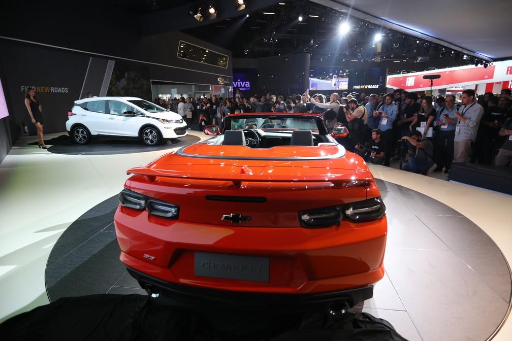 Camaro e Bolt da Chevrolet — Foto: Fábio Tito/G1