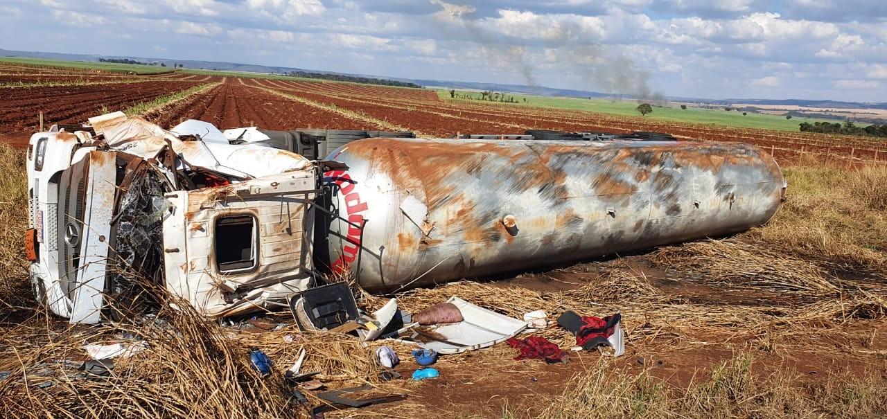 Carreta carregada com 35 toneladas de gás tomba na BR-153 próximo a Centralina