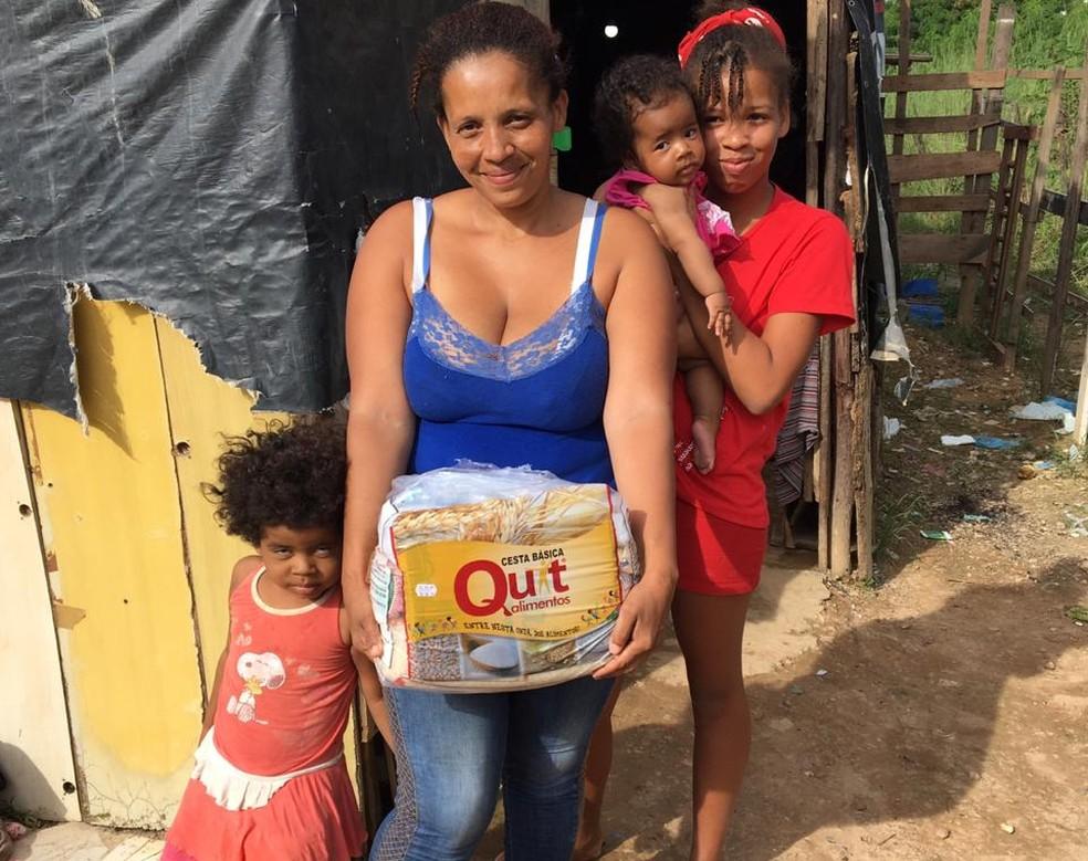 Família de moradores do Morro do Sabão, em Samambaia, recebem doação de cesta básica — Foto: Arquivo pessoal