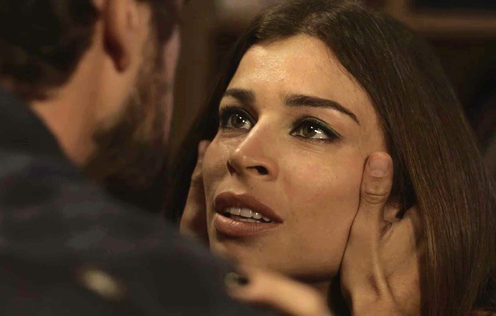 Lívia investe em Renato após conhecê-lo no casamento de seu irmão, Gael (Foto: TV Globo)