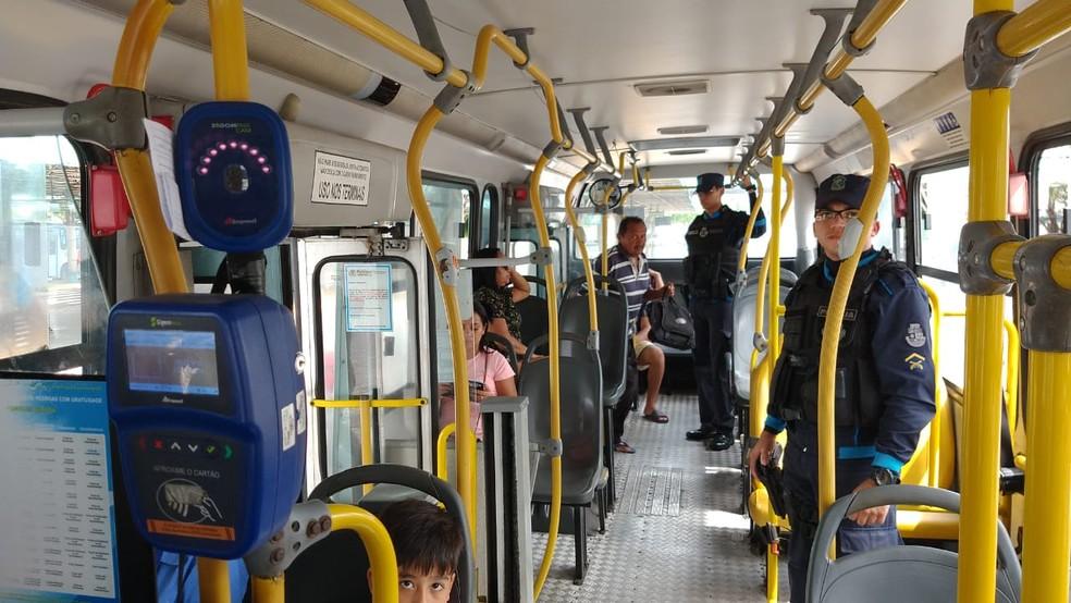 Policiais militares fazem a segurança dentro dos ônibus em Fortaleza após série de ataques — Foto: Sistema Verdes Mares