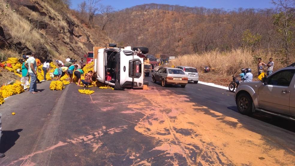 Caminhão carregado de laranja tombou na pista (Foto: Polícia Rodoviária Federal/ Divulgação)