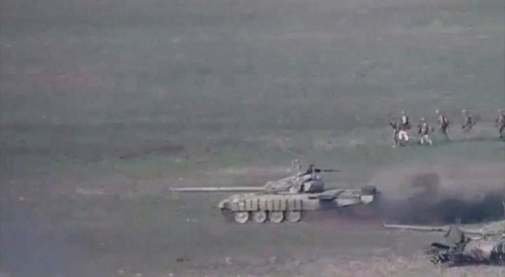 Imagem de vídeo cedido pelo Ministério da Defesa da Armênia mostra o que seria tanques e militares do Azerbaijão na região de Nagorno-Karabakh, neste domingo (27) — Foto: Ministério da Defesa da Armênia via Reuters
