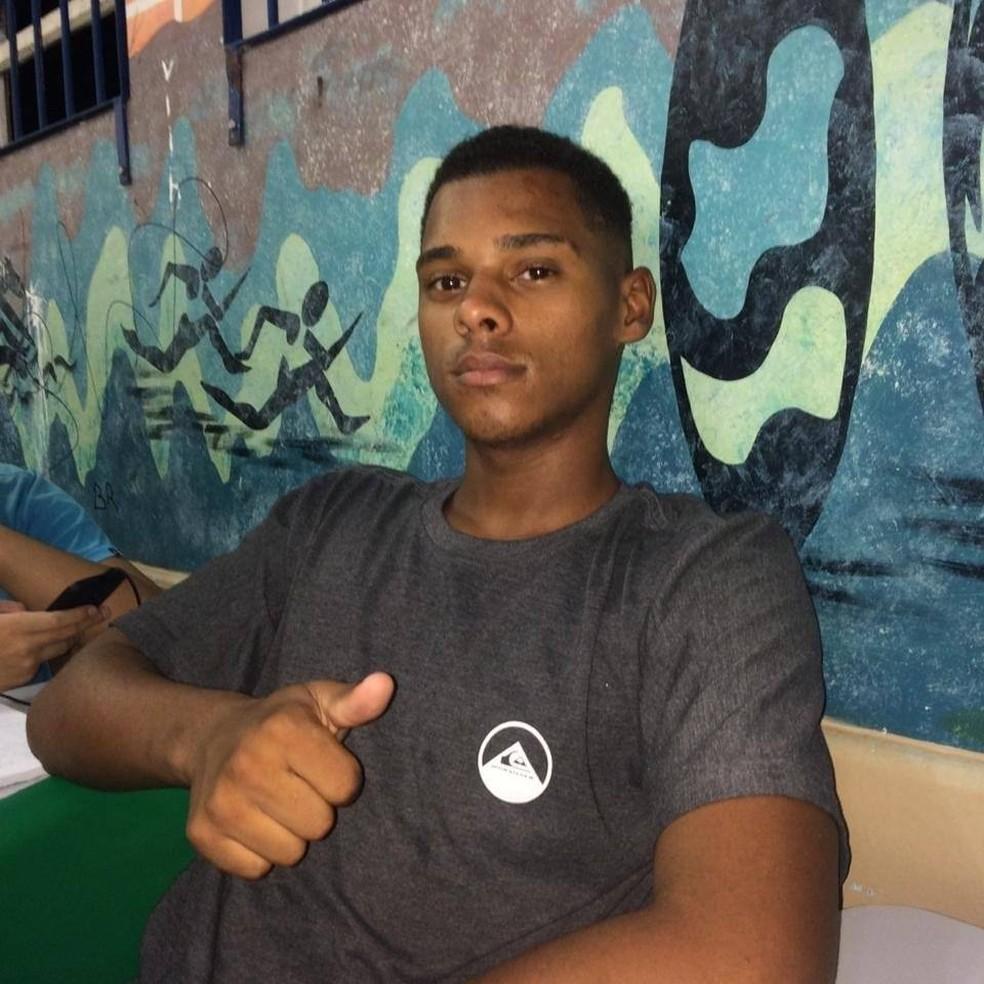 O garçom Guilherme Tawan dos Santos salvou três pessoas que se afogavam em Mongaguá, SP — Foto: Arquivo Pessoal