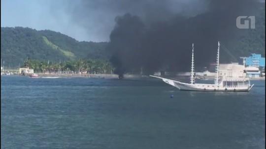 Embarcação de luxo pega fogo e afunda no litoral de SP; vídeo
