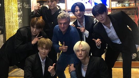 Luciano Huck dança com grupo de K-Pop durante viagem para Coreia do Sul