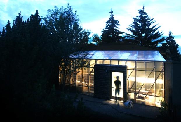 Solário esquenta o hall de entrada e faz crescer horta nesta casa (Foto: Studio North/Divulgação)