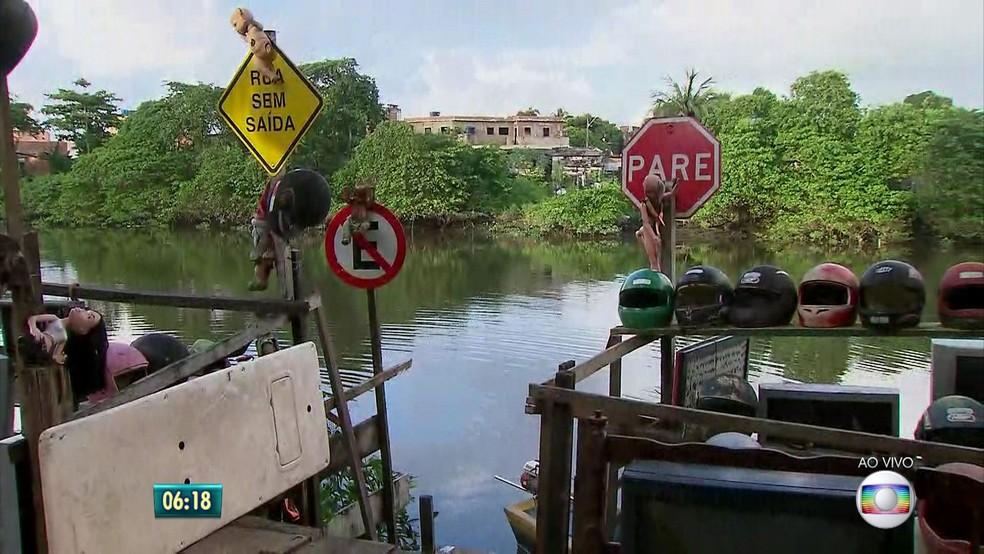 Lixo recolhido do Capibaribe é levado para sede de organização não governamental no Recife (Foto: Reprodução TV Globo)