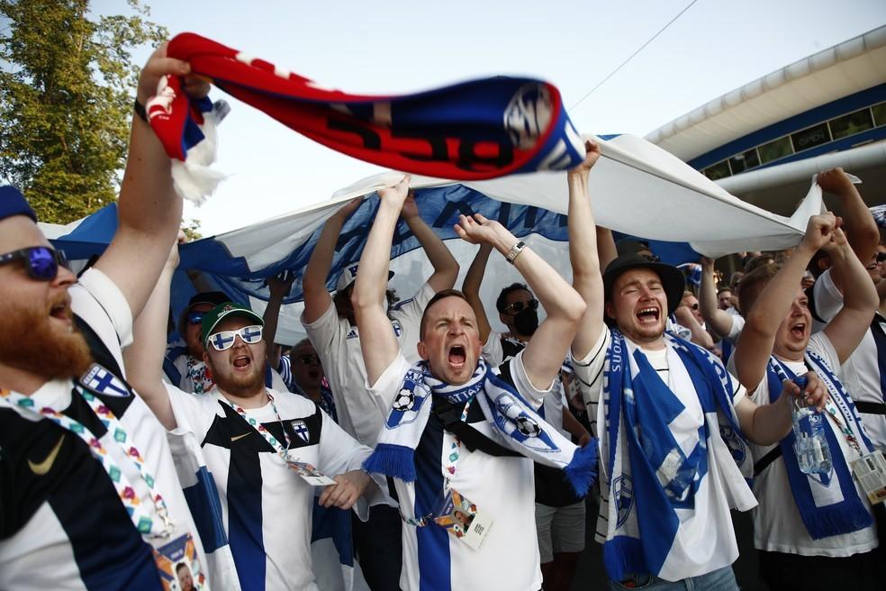 Torcidores finlandeses fazem festa em São Petersburgo, na Rússia, antes de partida da Eurocopa contra a Bélgica — Foto: Reuters