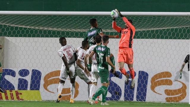 Tiago Volpi, do São Paulo, faz defesa contra o Goiás