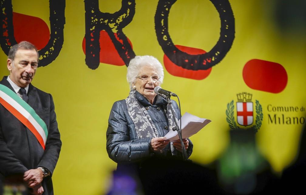 Liliana Segre, de 89 anos, falou para a multidão na terça-feira (10) em Milão, na Itália. — Foto: Luca Bruno/AP