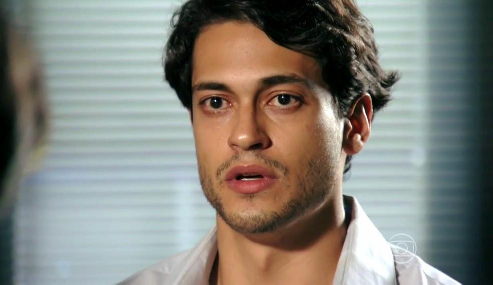 Hélio (Raphael Vianna) para de mentir e entrega Dionísio (Sérgio Mamberti) durante depoimento - 'Flor do Caribe' — Foto: Globo