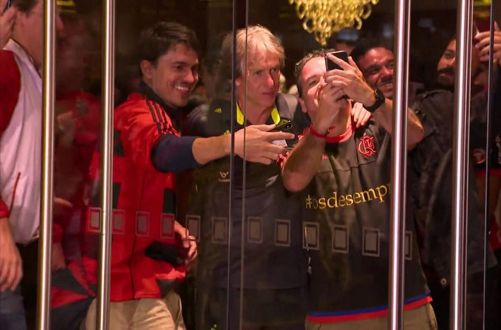 Técnico Jorge Jesus é assediado por torcedores no hotel em Lima, na madrugada deste sábado (24). — Foto: Reprodução/TV Globo
