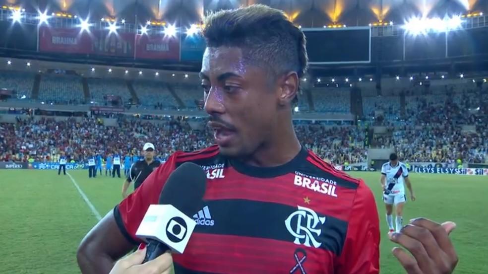 Bruno Henrique reclama da arbitragem no clássico com o Vasco — Foto: Reprodução