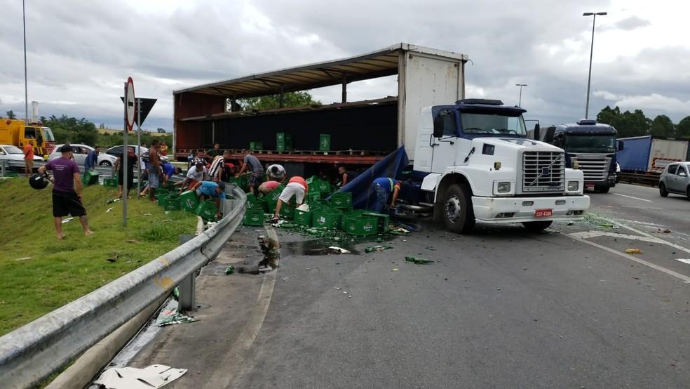 Carga de cerveja tombou e foi saqueada por quem passava pelo trecho da Dutra em Jacareí — Foto: Divulgação/Polícia Rodoviária Federal