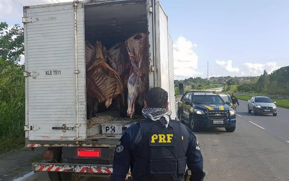 Caminhão com 2,4 toneladas de carne sem refrigeração foi apreendido pela PRF — Foto: PRF/Divulgação
