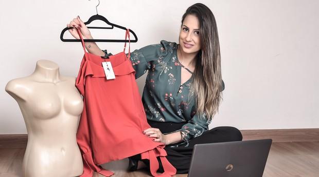 Daniela Almeida, trabalha em uma consultoria de TI das 9h às 18h e também tem a Side Chic para a venda de roupas online. (Foto: Reprodução/Agência Sebrae-SP)