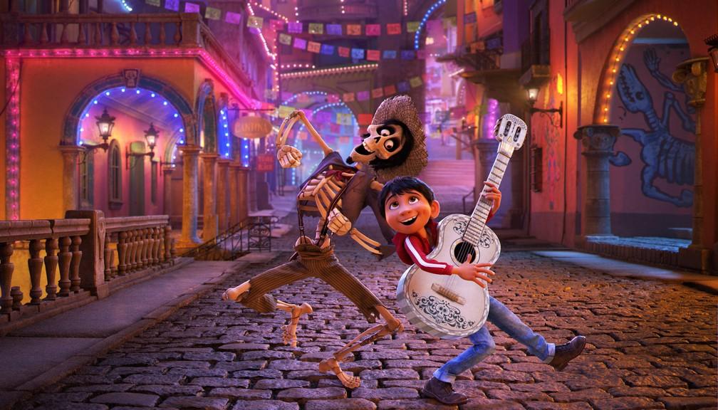 Héctor, personagem dublado por Gael García Bernal, e Miguel são amigos em 'Viva - A vida é uma festa' (Foto: Divulgação)