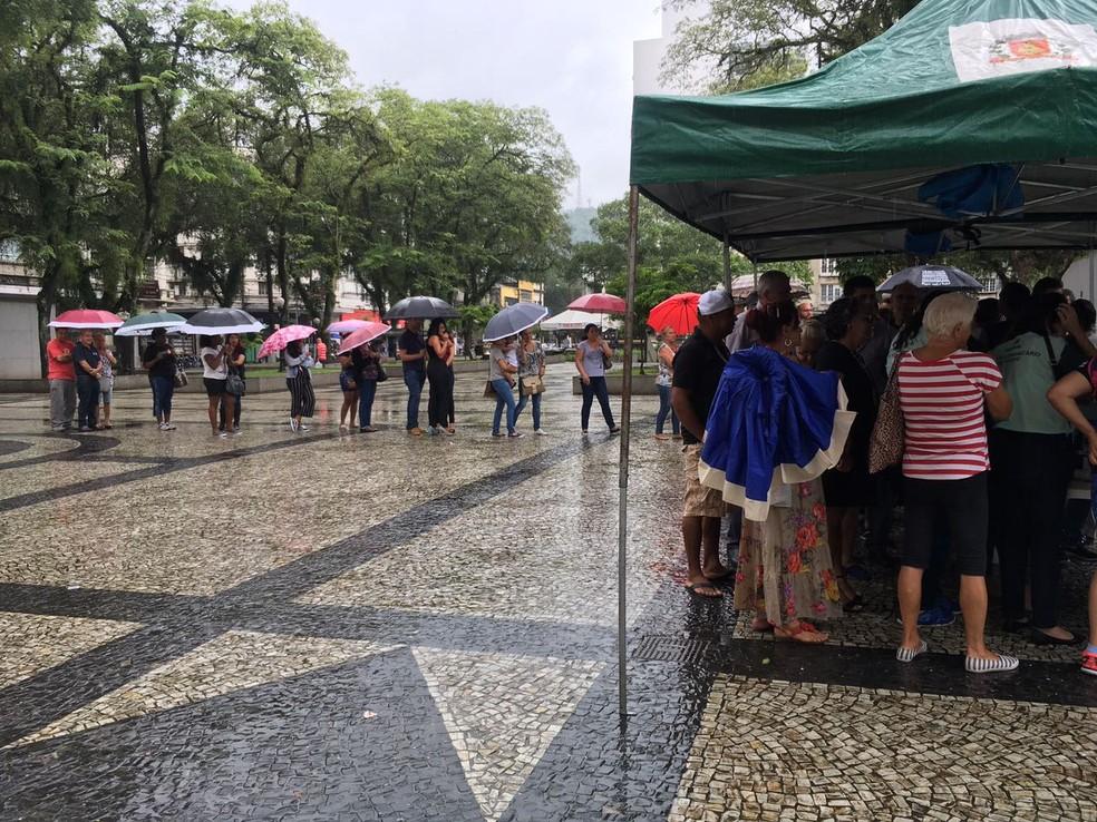 Vacinação contra febre amarela na Praça Mauá, em Santos (SP). Grande volume de dados também pode provocar atrasos nos registros.  (Foto: Solange Freitas/G1)