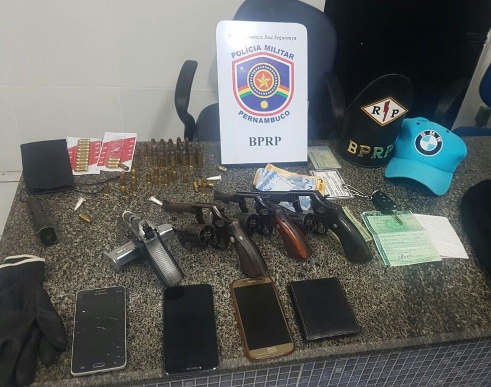 Pistola, revólveres e celulares foram apreendidos (Foto: Polícia Militar/Divulgação)