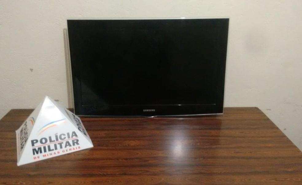 Televisão roubada na casa da vítima foi recuperada em Medina (Foto: Polícia Militar/Divulgação)