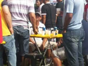 Policiais militares com bebidas alcoólicas em reunião geral em frente ao Palácio do Buriti, sede do GDF (Foto: Isabella Formiga/G1)