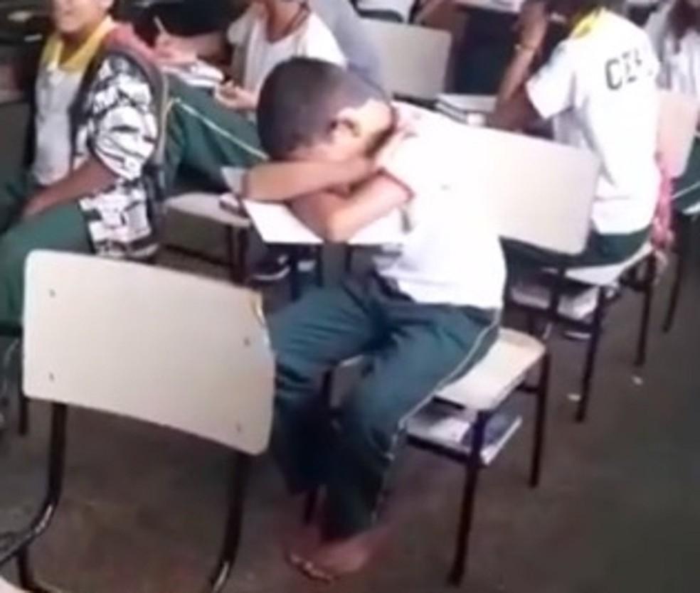 Criança de 12 anos, foi gravada descalça em sala de aula de escola pública em Planaltina, em 2016 — Foto: Reprodução