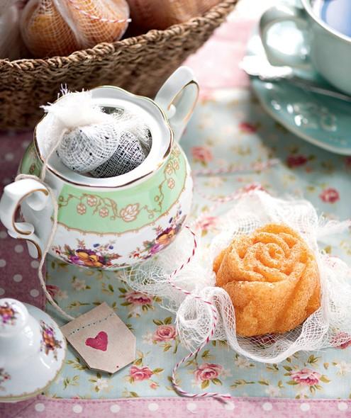 Aqui, o detalhe que muda tudo é a gaze, usada como saquinho de chá e para empacotar a guloseima – protege e transforma o bolo em lembrancinha, para o convidado repetir essa combinação deliciosa em casa