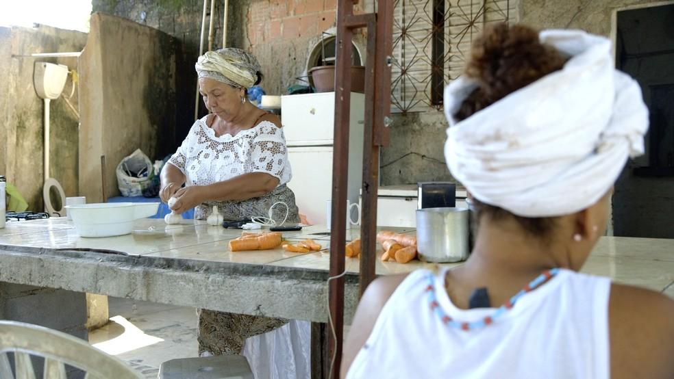 Obras de reconstrução começaram pela cozinha é considerado 'o coração do barracão', uma vez em que lá são produzidas as oferendas - parte importante da tradição candomblecista (Foto: Ana Terra/BBC Brasil)