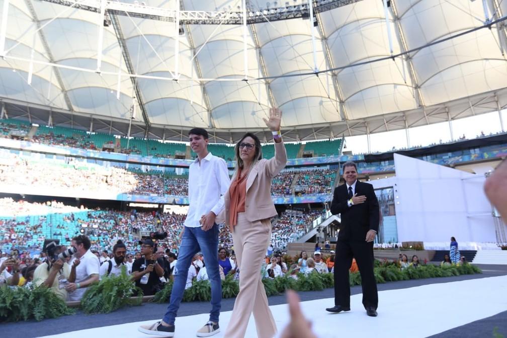 Os miraculados Cláudia Araújo e José Moreira participaram da cerimônia — Foto: Daniele Rodrigues/G1