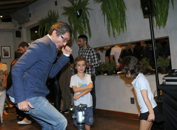 Nicola Siri e os filhos, Lago e Maria  (Foto: Daniel Delmiro / AGNews)