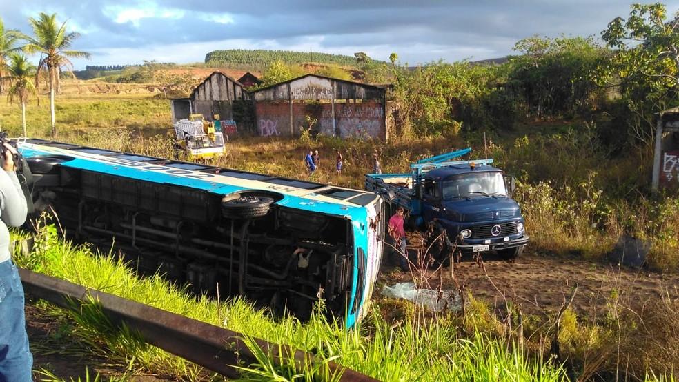 Acidente aconteceu na noite da terça-feira (29) e deixou três pessoas feridas em São Lourenço da Mata — Foto: Eliab Pessoa/TV Globo